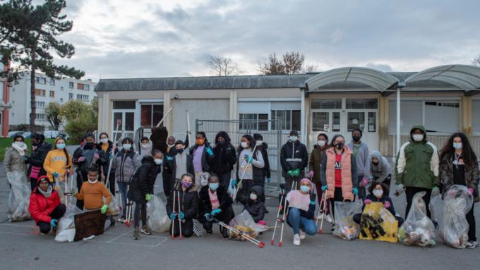 Groupe d'élèves volontaires pour participer au ramassage des déchets.
